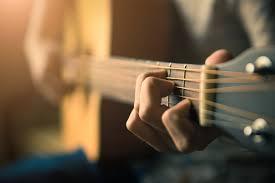 【魅力が際立つ】女性シンガーこそ歌うべきギター弾き語り曲まとめ